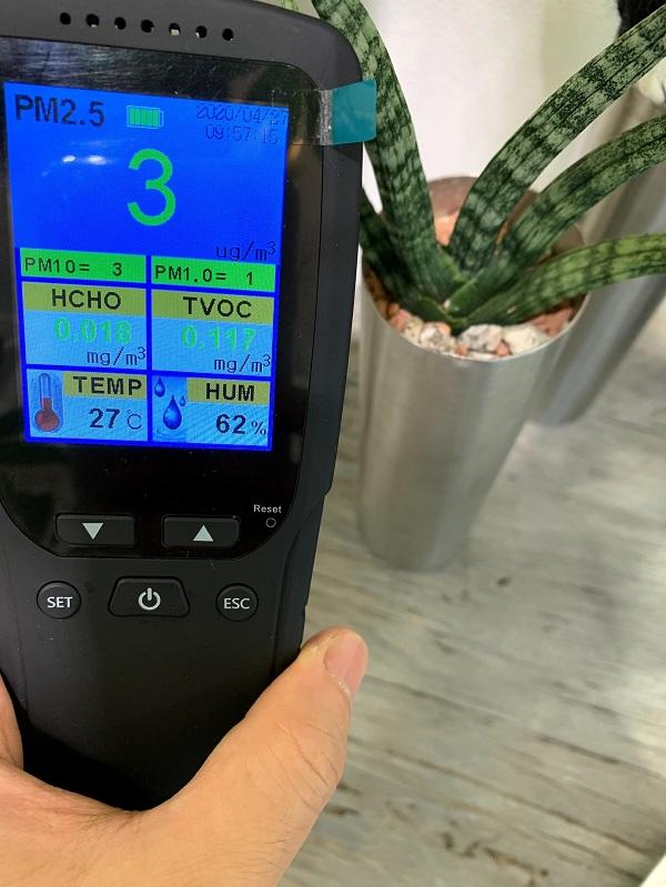 サンスベリアと空気汚染測定器